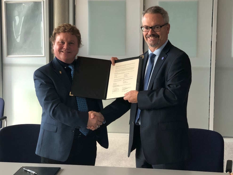 Moon Express co-founder (left) Bob Richards and Canadian Space Agency President Sylvain Laporte after signing of an Memorandum of Understanding between the two organizations