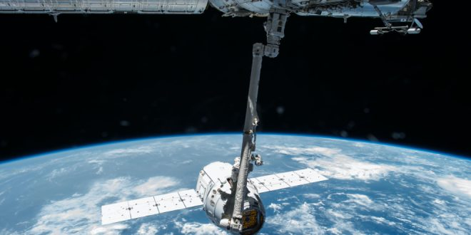 Canadarm2 grapples SpaceX Dragon